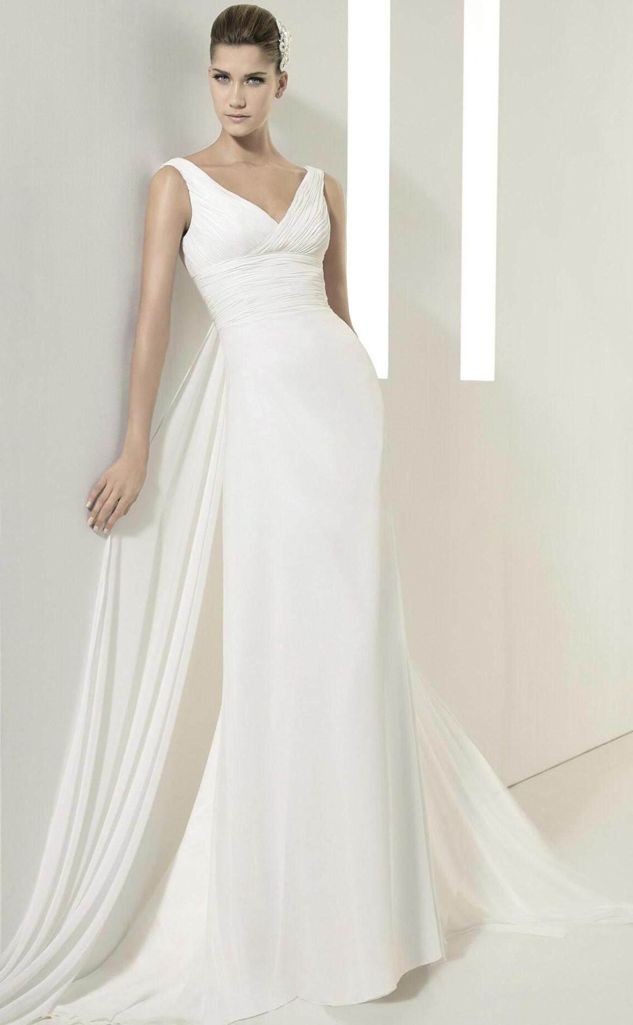 Такое платье хорошо облегает линии фигуры, позволяя скрыть её недостатки, придав очарование и элегантность. Струящийся пояс поможет подчеркнуть лёгкость