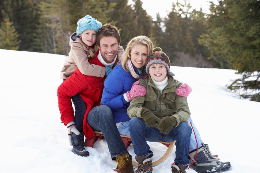 Семья катается на санках