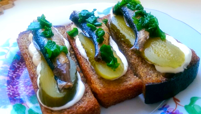 бутерброды со шпротами