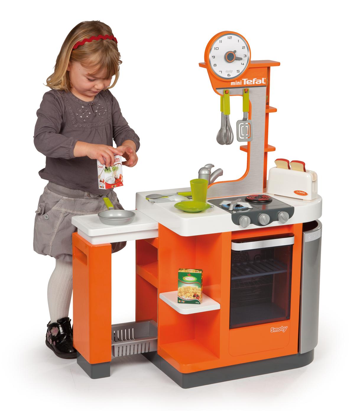 девочка и игрушечная кухня