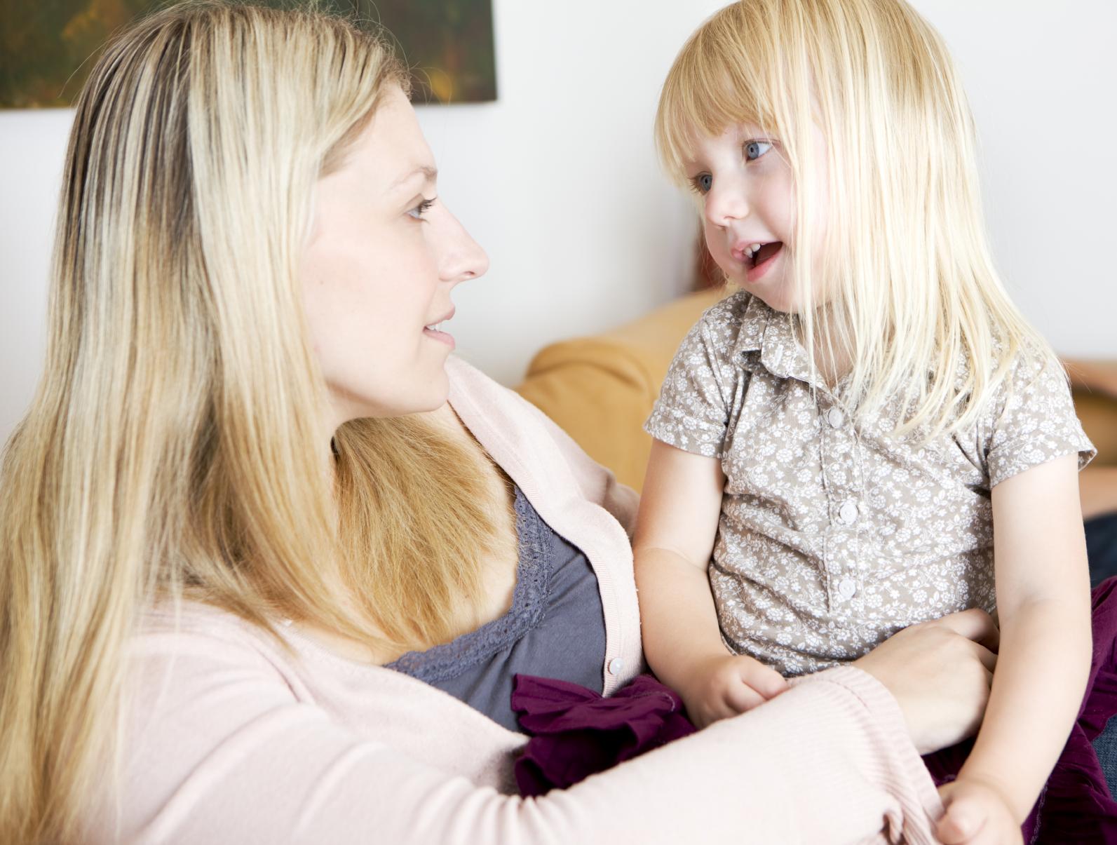 мама говорит с дочкой