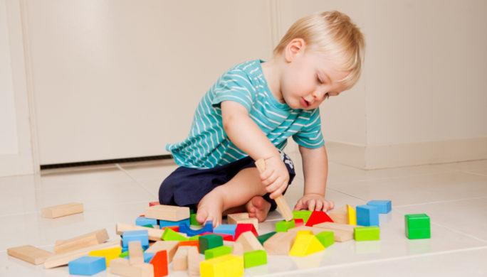 ребенок играет сам