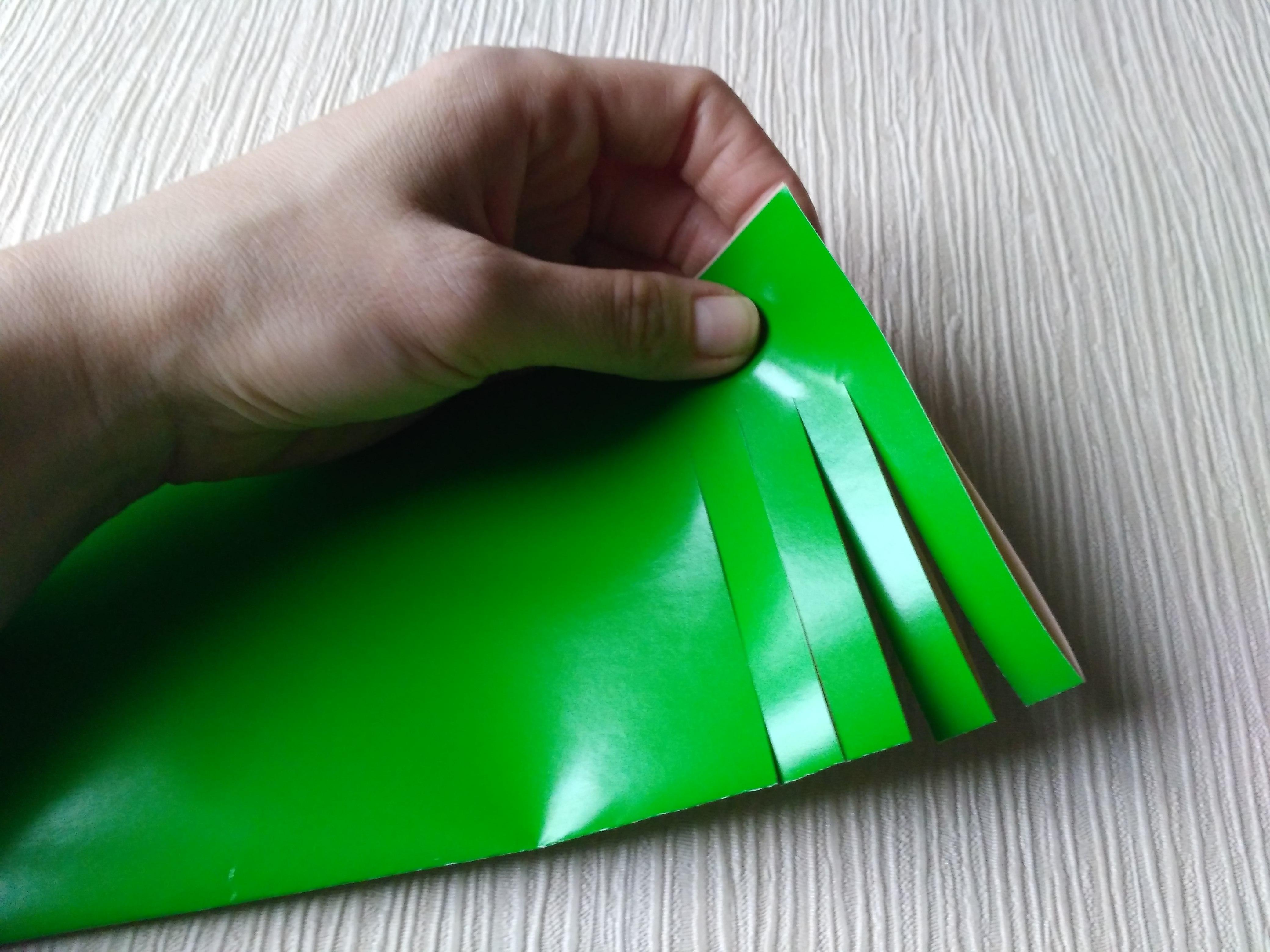 разрезанный лист цветной бумаги
