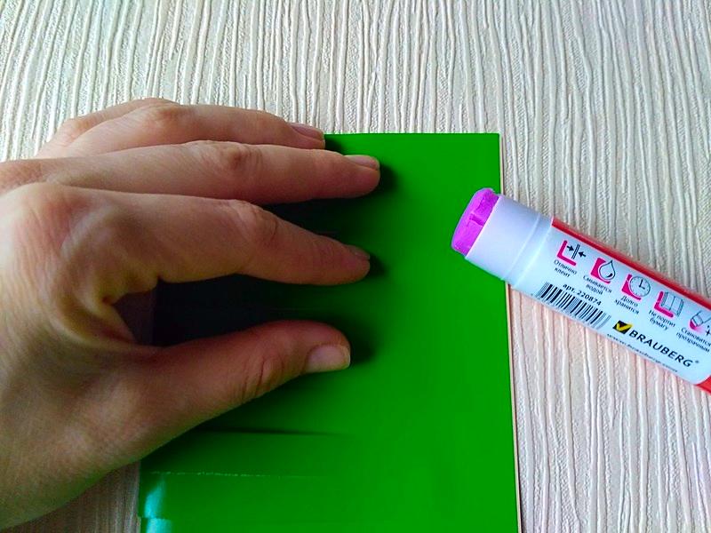 лист бумаги промазанный клеем