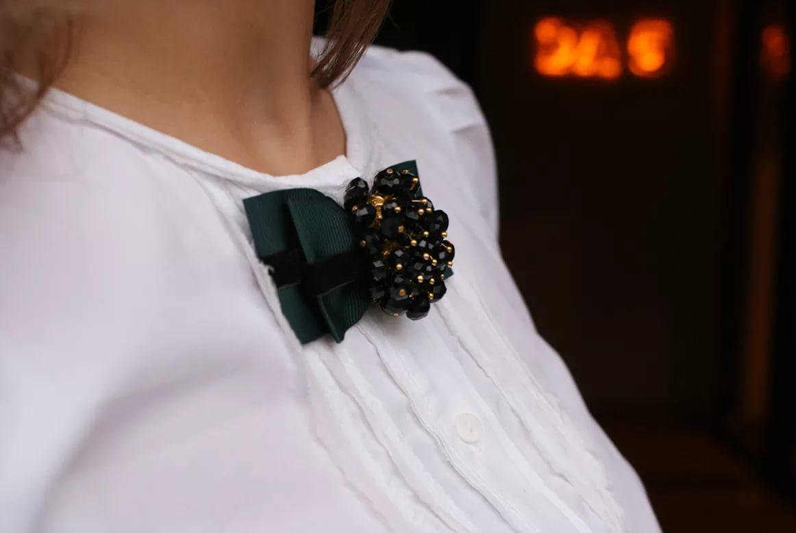 брошь на блузке