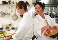 мужчина и женщина готовят
