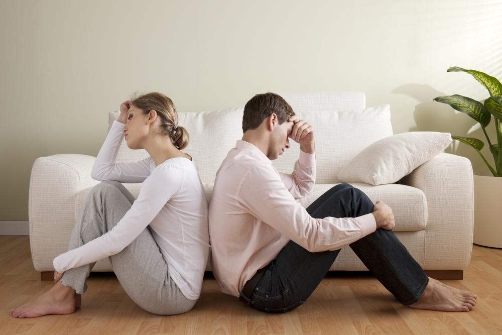 мужчина и женщина спиной друг к другу в ссоре