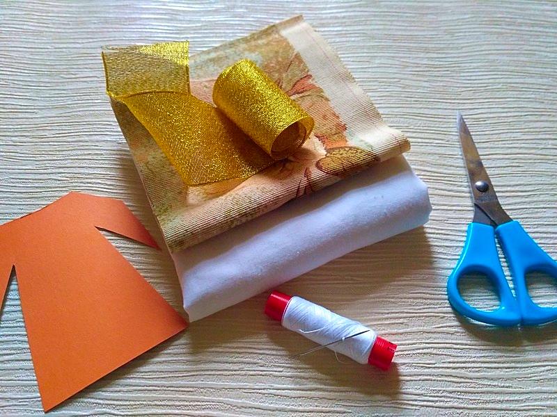 ткань и ножницы