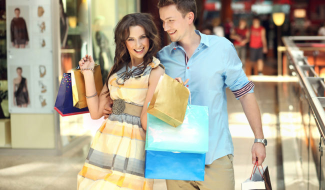 мужчина и женщина в магазине