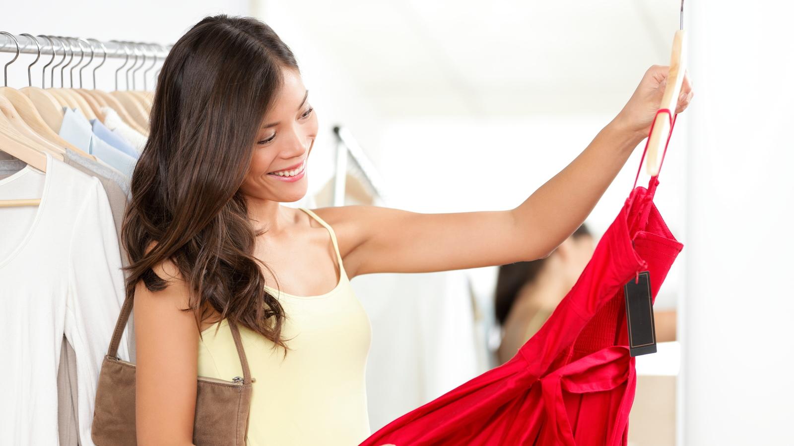 женщина покупает платье