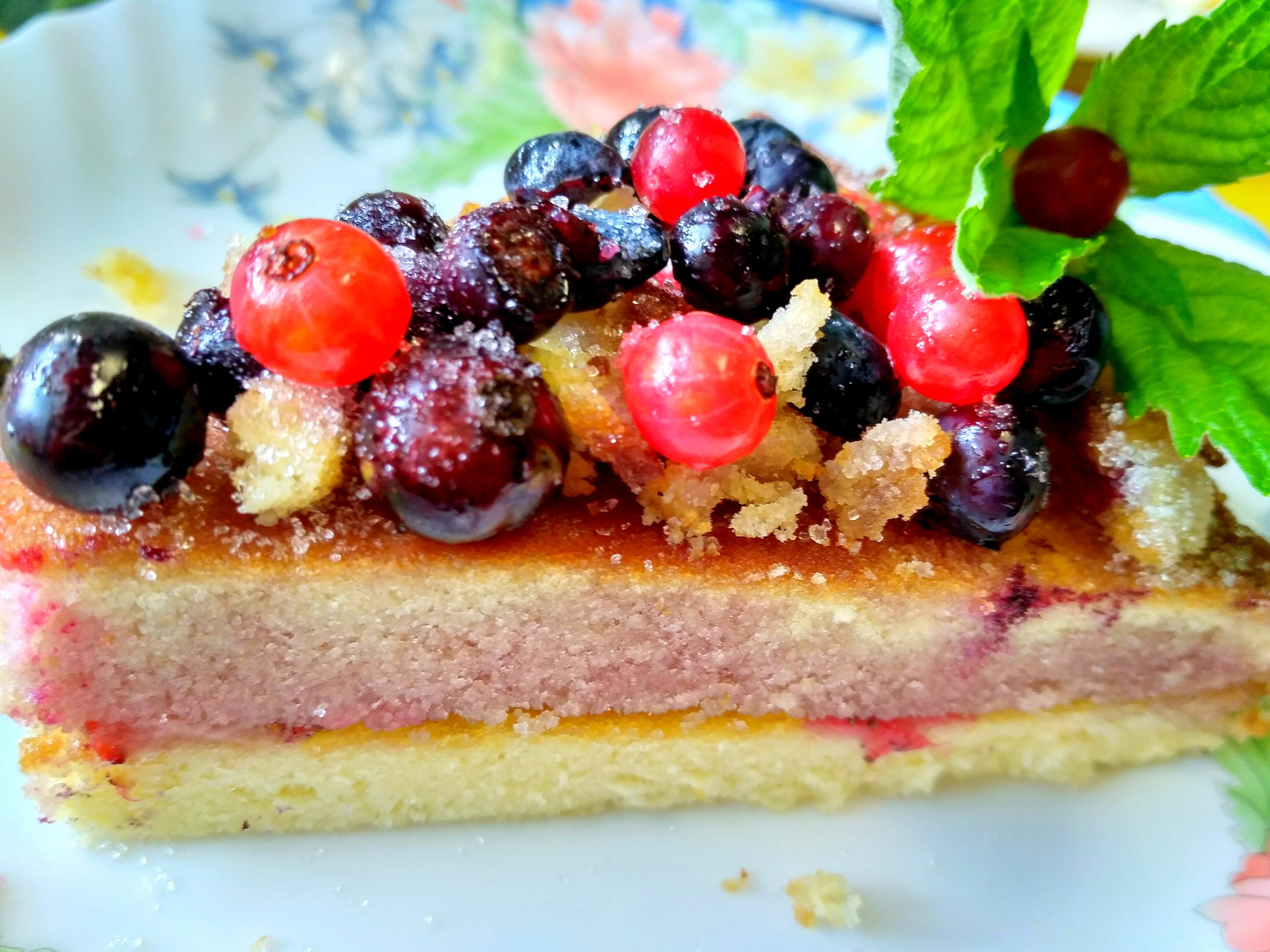 кусок пирога с ягодами