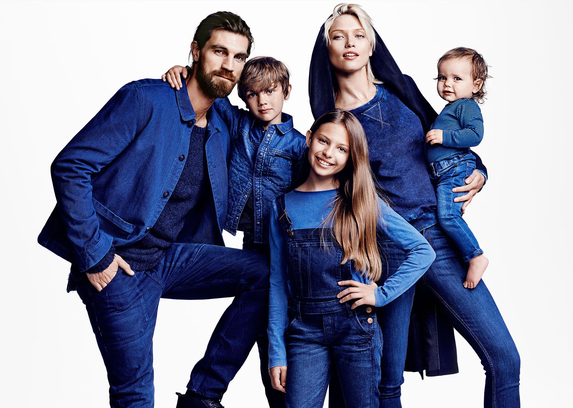 семья в джинсовой одежде