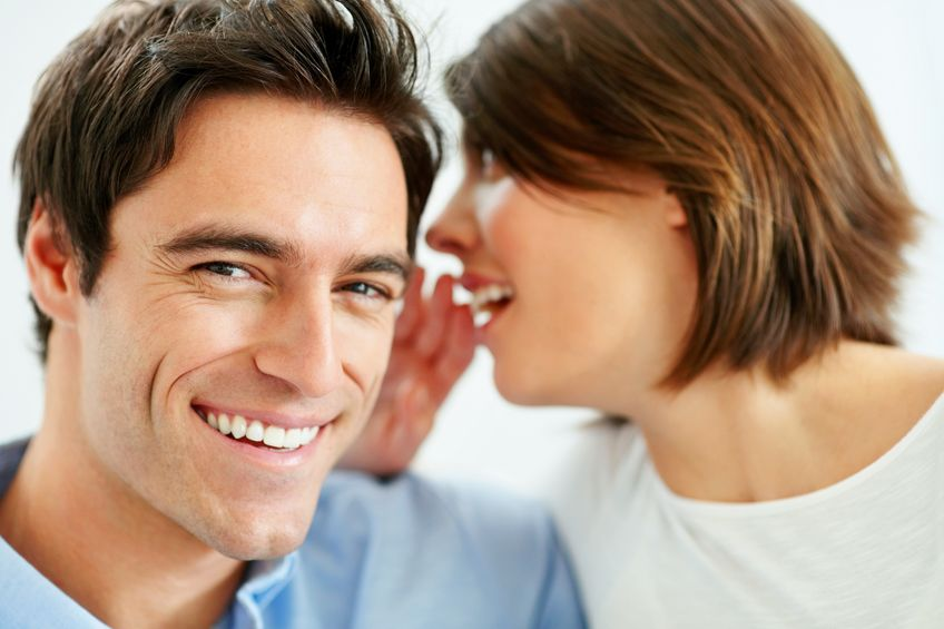 женщина говорит с мужчиной