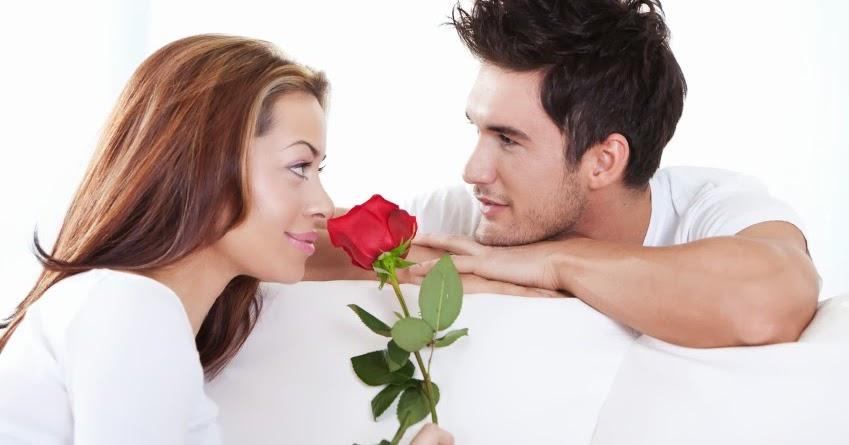 мужчина делает комплимент женщине