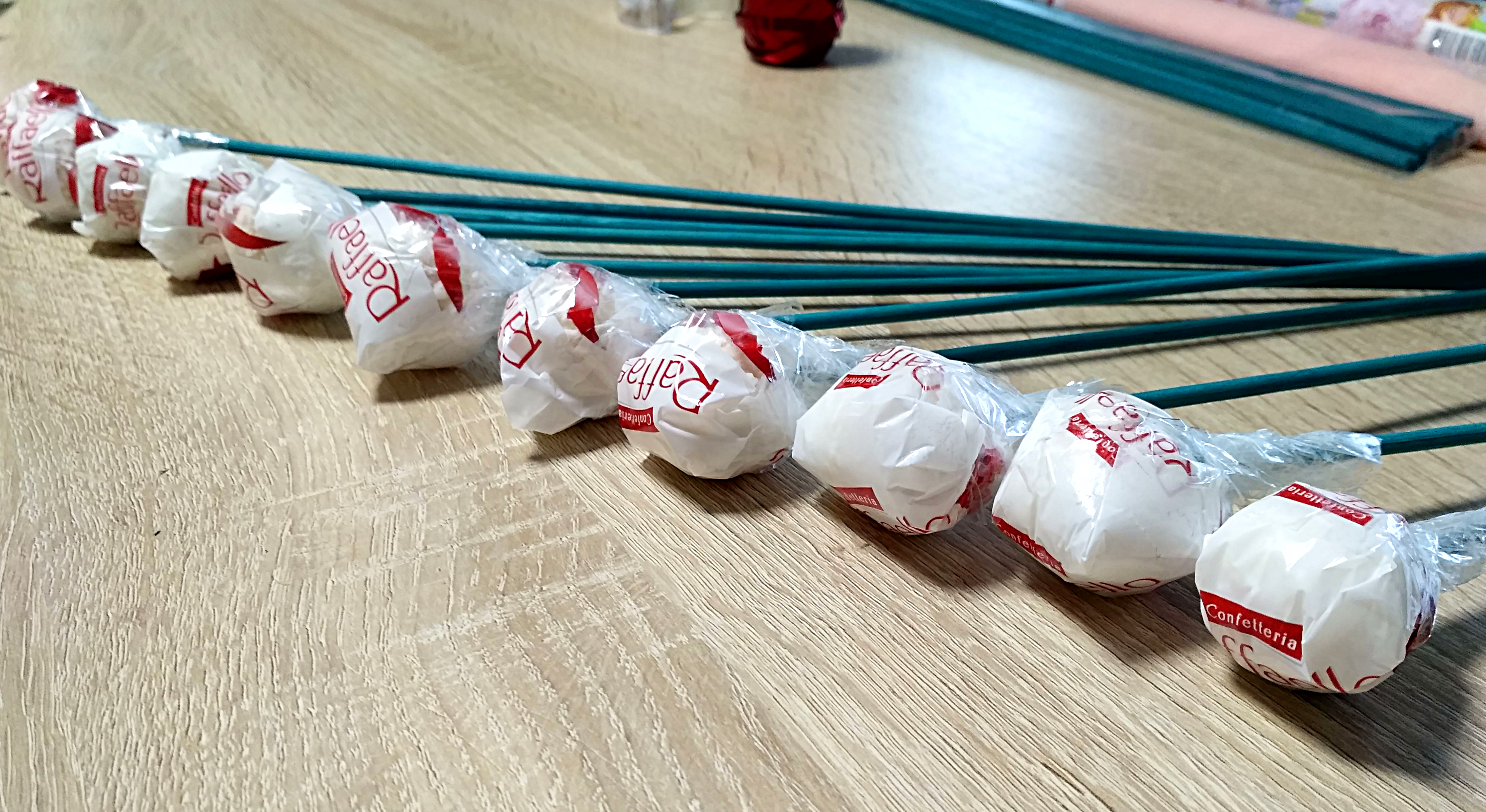 Делаем букет из конфет дома