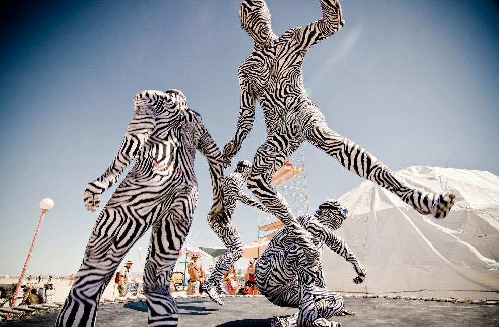 Участники фестиваля «Burning Man» в необычных костюмах