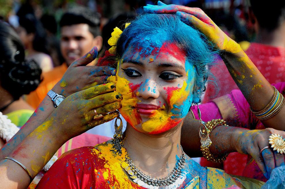 Участница Индуистского фестиваля весны Холи