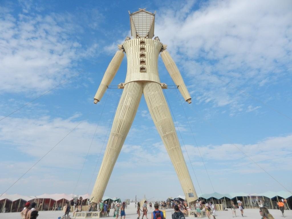 статуя деревянного человека как символ фестиваля «Burning Man»
