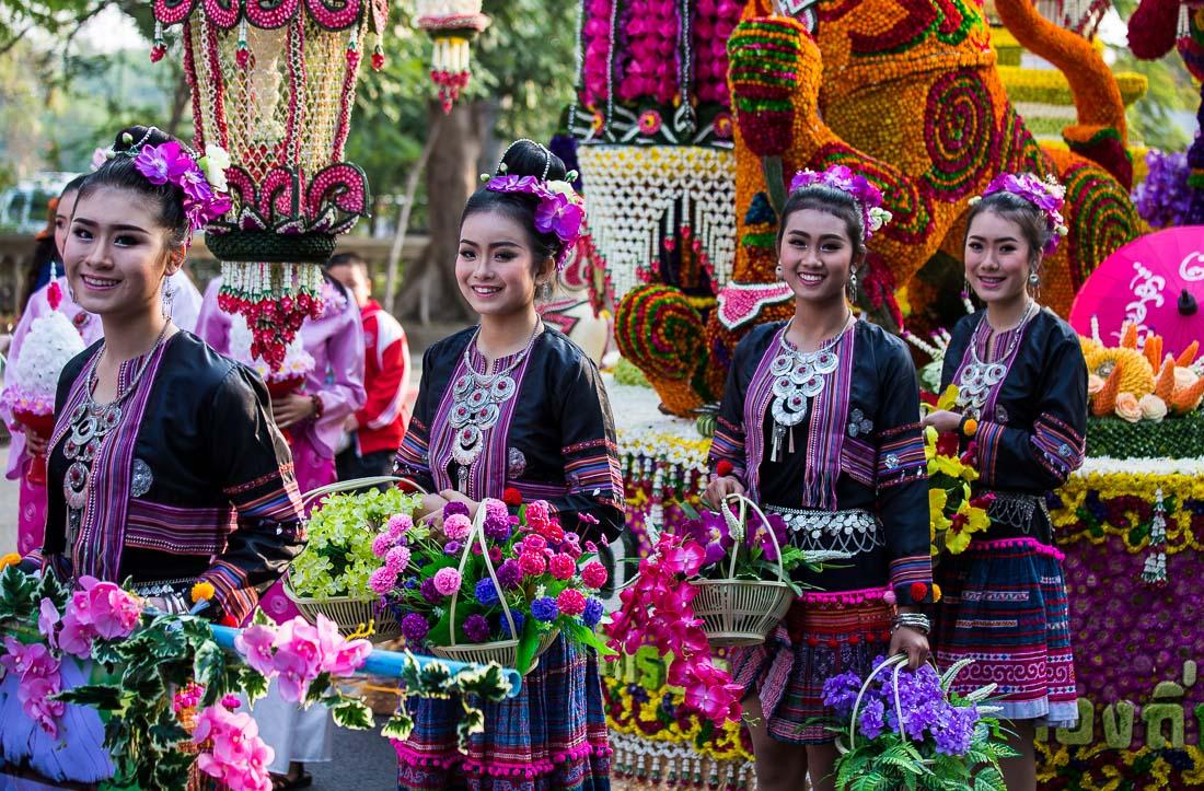 Участницы фестиваля цветов в Таиланде