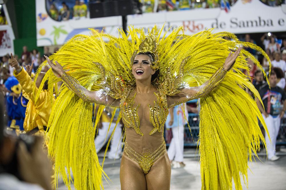 участница парада - карнавала в Рио