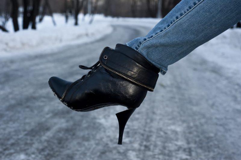 Ходить нормально просто невозможно, на льду шпилька может сломаться.