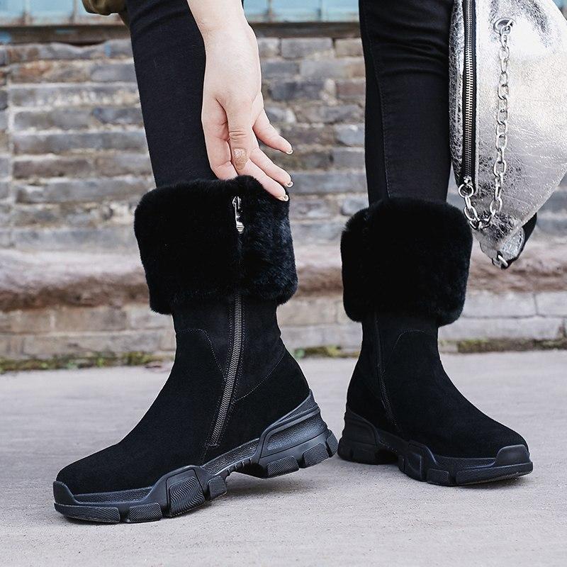 Зимние модели обтягивают голеностопный сустав, в них может присутствовать шнуровка или молния.