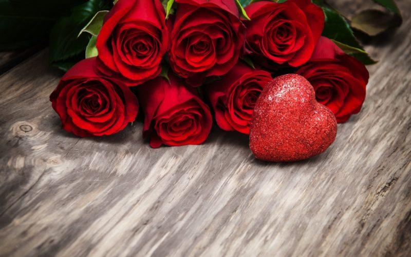 Букет роскошных цветов с горячим признанием внутри на день влюбленных