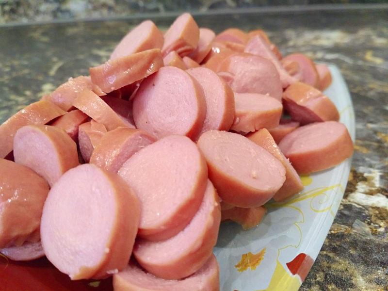 Нарезаем сосиски кружками для солянки