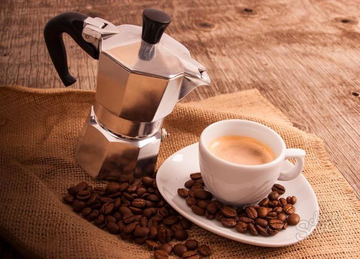 Гейзерная кофеварка. Доступная, кофе не «убегает на плиту», компактная, но готовит кофе только по одному рецепту.