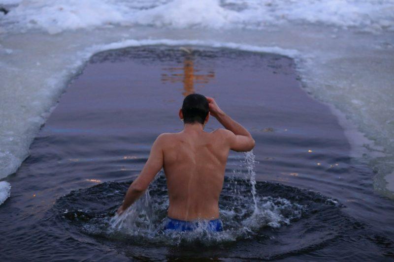 Как правильно купаться в проруби,после каждого погружения - перекреститься