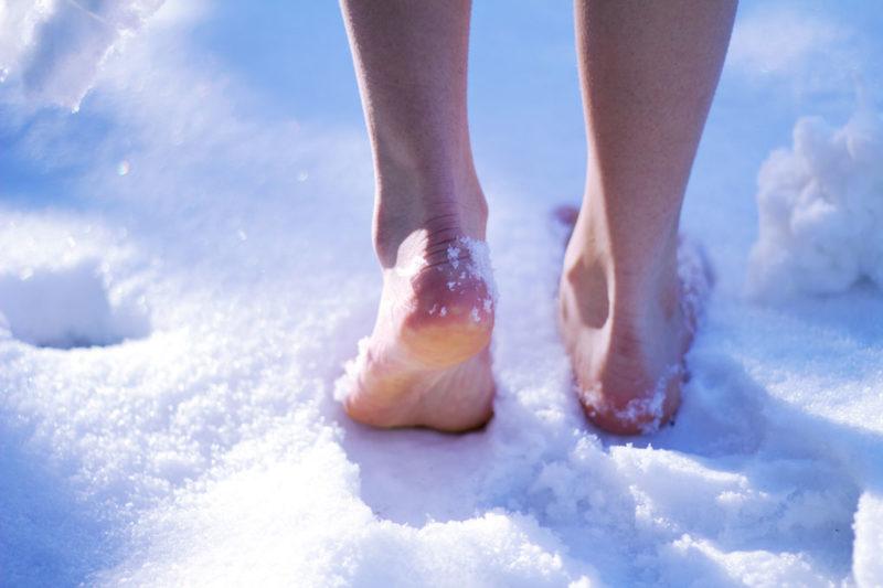 За день «моржи» рекомендуют быструю пробежку босиком по снегу