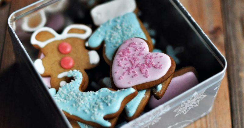 Коробка с имбирными пряниками и другими сладостями на Рождество. Подарки должны быть для всей семьи.