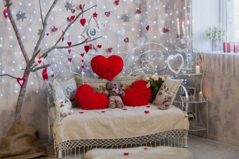 Главным символом является сердечко. валентинка