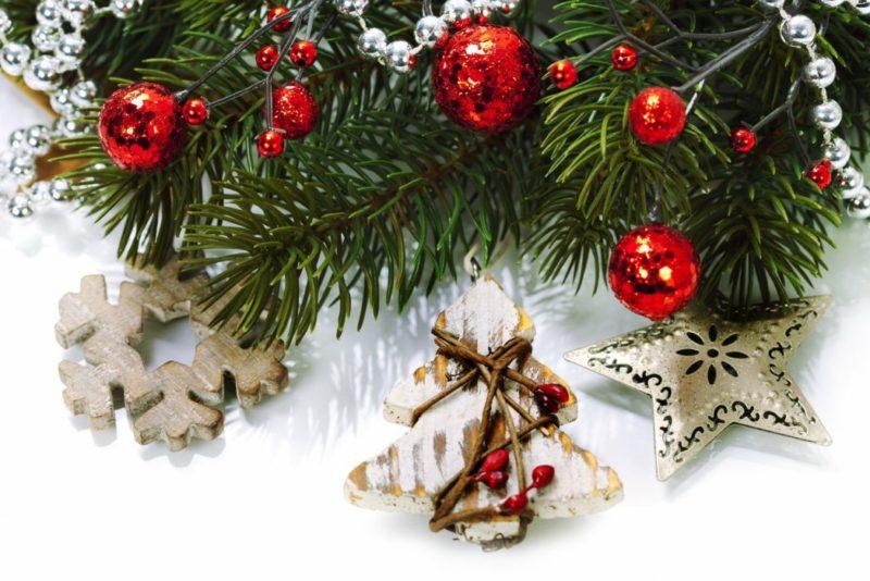 Елочные украшения на Рождество. Подарки должны быть для всей семьи.