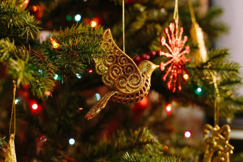 Как неотъемлемая часть праздника Рождества в каждом доме должна быть украшенная ёлка