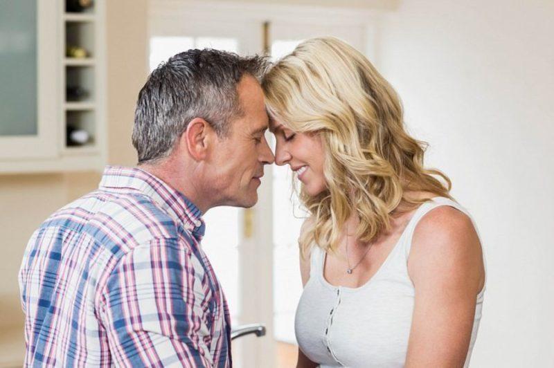 Мужчина намного старше женщины, то он может поделиться опытом, и стать надёжной опорой своей половинке.