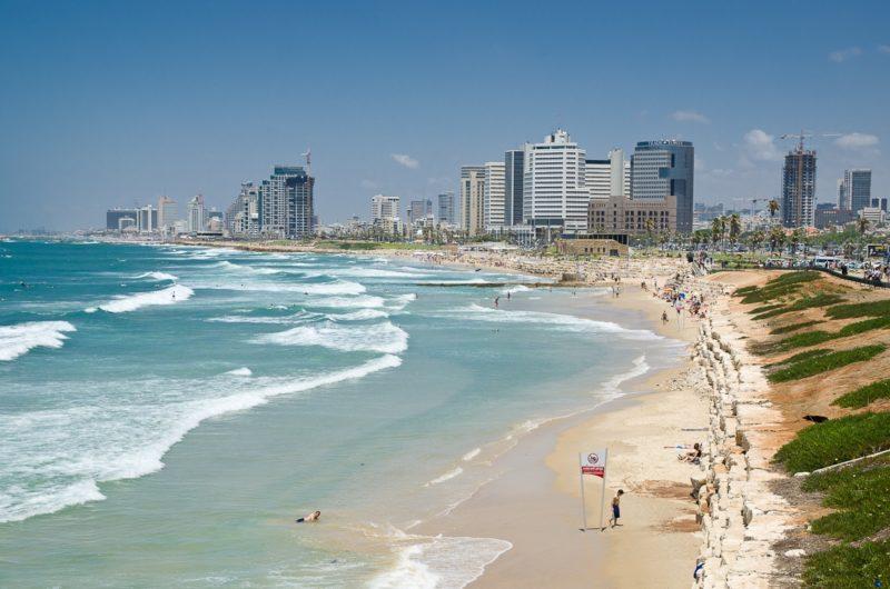 В мае температура воздуха прогревается до +30 и вполне можно отдохнуть на берегу Средиземного моря.