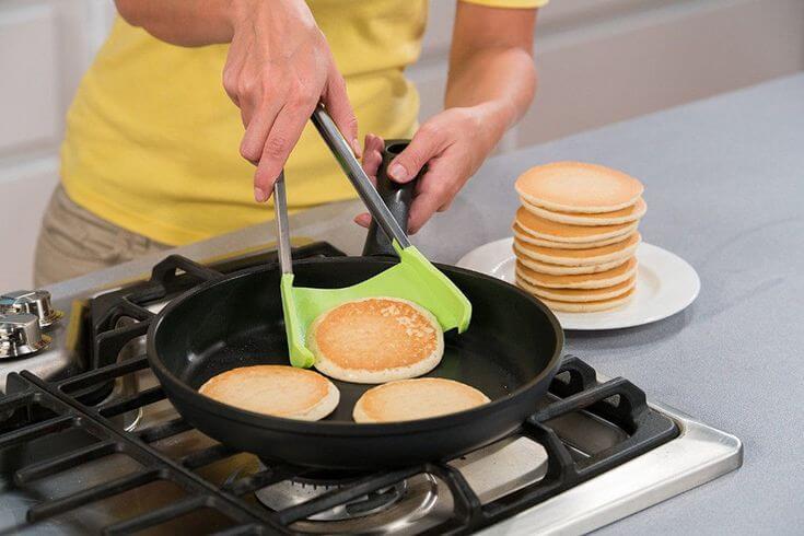 Такая посуда допускает только деревянные и пластмассовые ножи