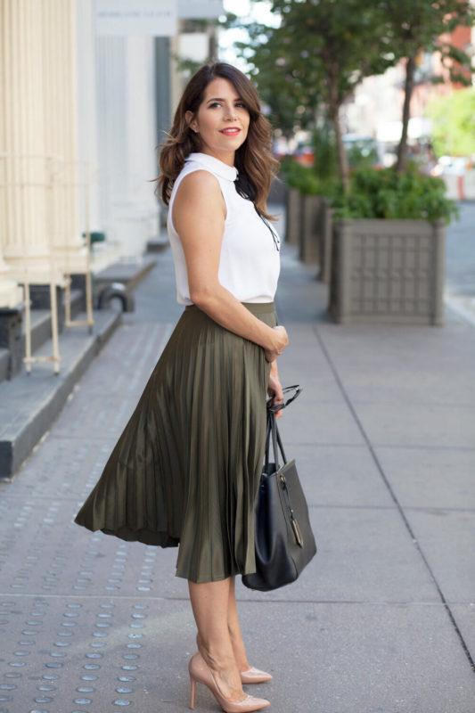 Плиссированная юбка А-образной формы на полной женщине