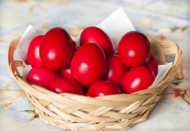 красят яйца на Пасху