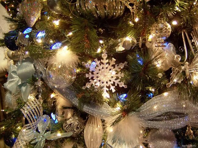 Праздновать в новогоднюю ночь можно в интерьере, наполненном перламутром