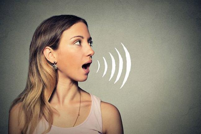 Женщина, у которой не закрывается рот, скорее оттолкнет.