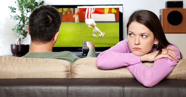 Не все женщины любят эту игру, особенно, когда она забирает любимого мужчину на несколько часов