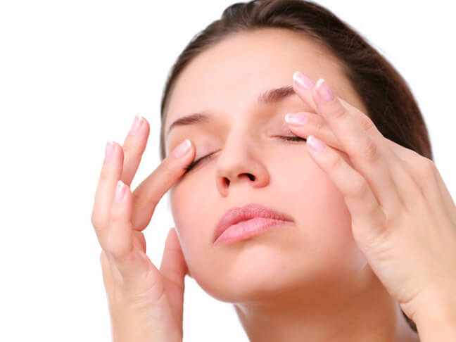 Сделайте лёгкий массаж глаз