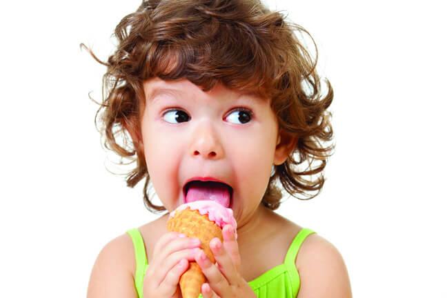 Язык, облизывая сладость, меняет форму