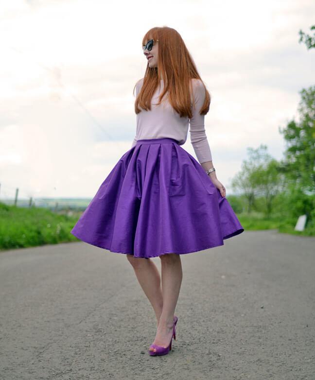 рыжая в фиолетовой одежде