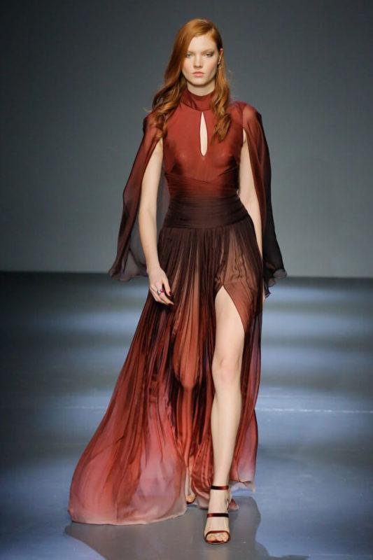 рыжая в коричневой одежде