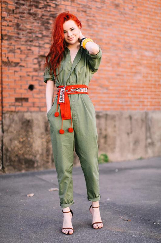 рыжая в одежде болотного цвета