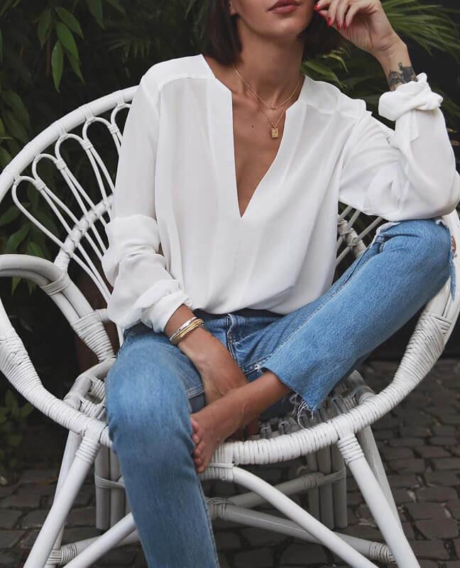 А вот простая белая блузка, к примеру с качественными джинсами