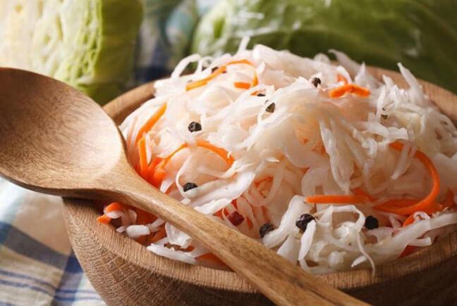 Квашеная капуста способствует улучшению микрофлоры кишечника.